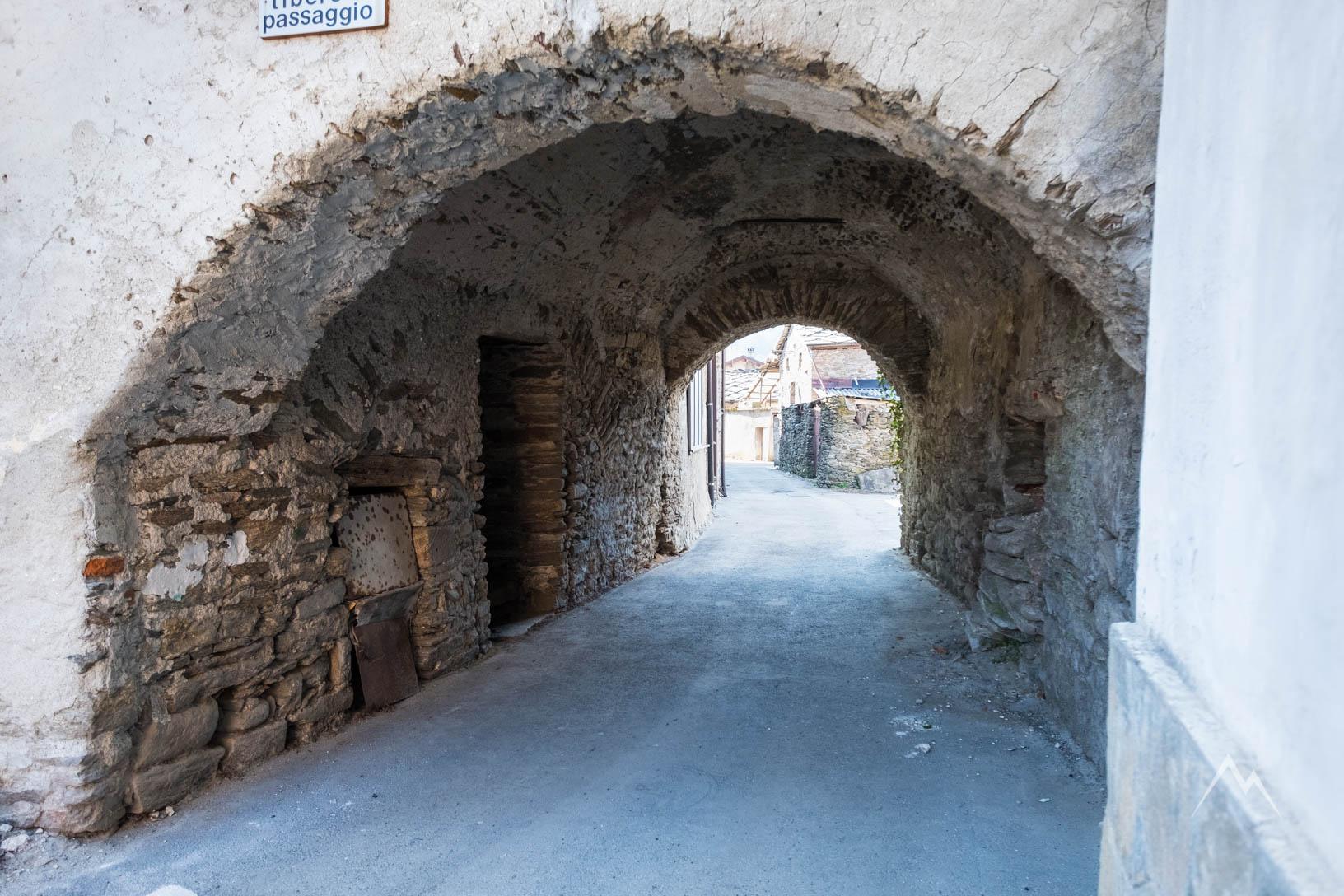 L'arcata verso il vicolo del Borgo